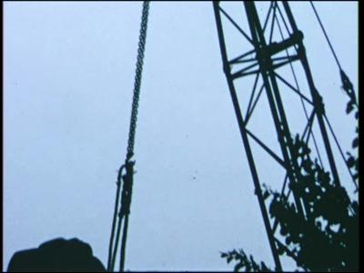 14537 BB11097 Een film met diverse beelden in en rond Ommen, waaronder:- Sloop in de Brugstraat, de gevelsteen met het ...
