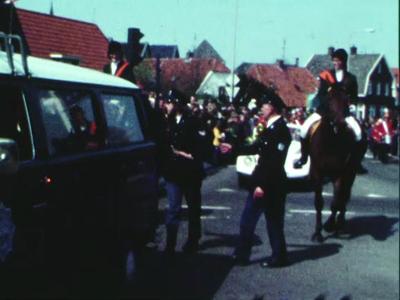 14539 BB11099 Een film rondom oranjefeesten in Ommen, met beelden van o.a.:- Een optocht, een muziekkorps;- Ruiters;- ...