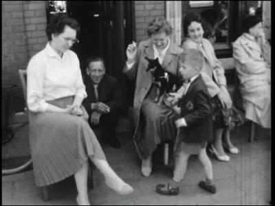 14542 BB11122 Een familiefilm met beelden van o.a.:- De 5 mei optocht van 1960 in de Hoogstraat, met o.a. een ...