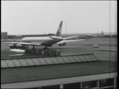 14545 BB11128 Een familiefilm met beelden van o.a.:- Vliegveld Schiphol en de aankomst van Riek en Erik;- Een kermis in ...