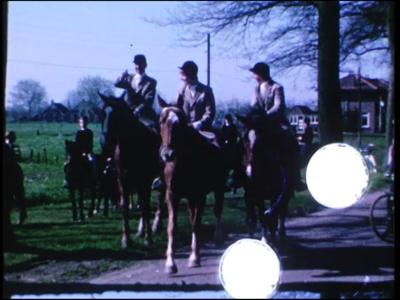 14546 BB11129 Een familiefilm rond koninginnedag 1966, met beelden van o.a.:- Een optocht met ruiters te paard in de ...