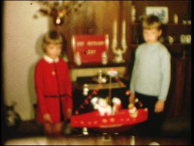 14547 BB11130 Een familiefilm rond de viering van een sinterklaasfeest, met beelden van o.a.:- Een jongen en een meisje ...