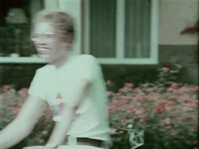 14561 BB11287 Een reclamefilm voor de Kaptein Mobylette bromfiets, met hierin de volgende beelden:- Een jongen en een ...