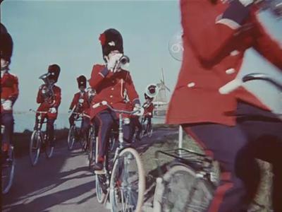 14564 BB11297 Een reclamefilm voor Union fietsen, met hierin de volgende beelden:- De tekst 'Union';- Leden van een ...