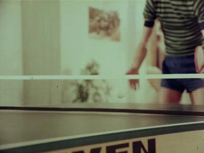 14567 BB11307 Een reclamefilm voor een tafeltennistafel van het merk Sven, waarin een man met een tafeltennisbatje een ...