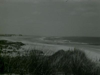 14638 BB00473 Een film over groep jongens en meisjes die o.l.v. een pater de vakantie doorbrengen aan de kust., 1950-00-00
