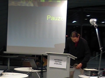 14726 BB04974 Opname van een lezing gehouden door Michiel Visser, projectmedewerker van Kunst en Cultuur Overijssel ...