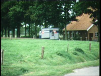 1475 BB04716 Een familiefilm van de familie Hek uit het Twentse Lattrop, zich voornamelijk afspelend op en rond hun ...