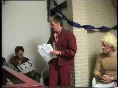 14776 BB10113.04 Een film rond de opvoering van een sketch, een parodie op het tv-programma 'Wie van de Drie', door ...