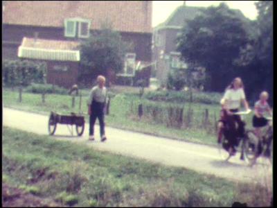 1479 BB04720 Een familiefilm van de familie Hek uit het Twentse Lattrop, zich voornamelijk afspelend op en rond hun ...
