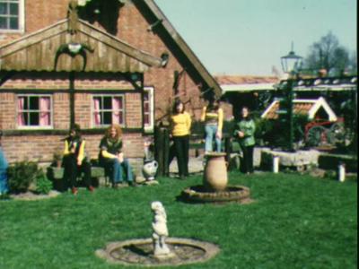 1484 BB04725 Een familiefilm van de familie Hek uit het Twentse Lattrop, zich voornamelijk afspelend op en rond hun ...