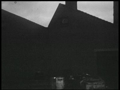 2046 BB04750 Beelden van een metaalfabriek van zowel de buitenkant als het interieur. Hal is leeg en rommelig.Mensen in ...