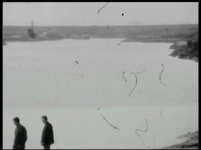 2150 BB06876 Een film met beelden van graafwerkzaamheden door werklieden, een hijskraan, het leggen van een leiding in ...