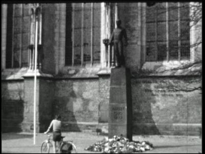 2503 BB03208 Herdenkingsmonument 1940-1945.In kazerne, muziekvereniging, vlag hijsen, daarna vaandelzwaaien, jeugdband, ...