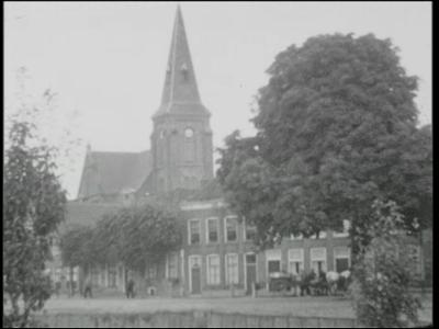 299 BB04101 Film over het dagelijkse leven in Genemuiden.Panoramisch beeld van de haven. Het veer vaart over Het Zwarte ...