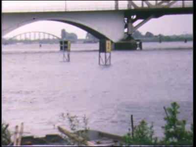 3692 BB03787 Beelden van de oude IJsselbrug, de scheepvaart, de spoorbrug, de Peperbus, het Katerveer, de overstroomde ...