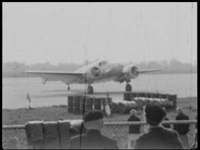 3761 BB04861 Samenvatting:Diverse privé-opnames uit Almelo en omgeving, waaronder beelden van een historische ...