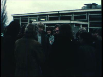 3898 BB07656 Een film rond de Deventer MTS, met beelden van o.a.:- Een grote groep leerlingen op het schoolplein;- Er ...