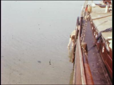 3902 BB07660 Een film waarin leerlingen van de Deventer MTS een boot, de 'Twee Gebroeders', gezamelijk opknappen en er ...