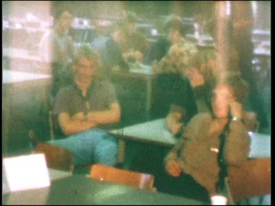 3904 BB07662 Een film door en met leerlingen van de Deventer MTS, met beelden van:- Iemand telt geld, legt dit in een ...