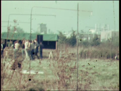 3905 BB07663 Een film rond het 10-jarig bestaan van de Deventer MTS, met beelden van:- Het plaatsen van een paal, ...