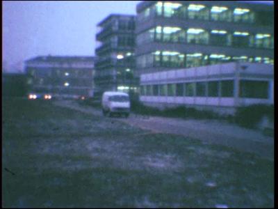 3913 BB07671 Een film rond een overval, met beelden van:- Deventer bij avond;- Vanuit een wit busje wordt een overval ...