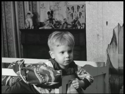 3917 BB09516 Een familiefilm van de familie Lamberts, met beelden van o.a.:- Frits staat in zijn ledikantje;- Moeder ...