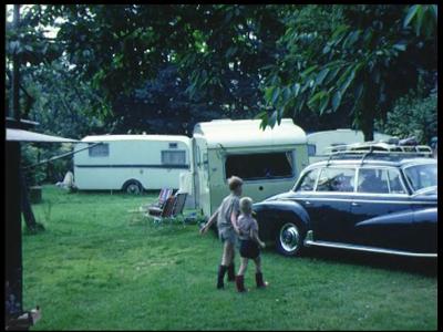 3925 BB09524 Een familiefilm van de familie Lamberts, met beelden van o.a.:- Met de caravan op een camping in het ...