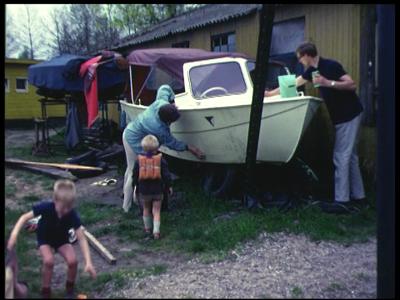 3926 BB09525 Een familiefilm van de familie Lamberts, met beelden van o.a.:- Moeder en Paul maken de boot schoon, ...