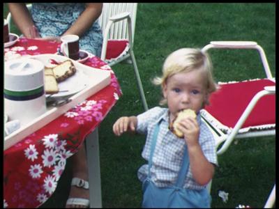 3928 BB09527 Een familiefilm van de familie Lamberts, met beelden van o.a.:- In de tuin, Marnix met een plakje cake, ...