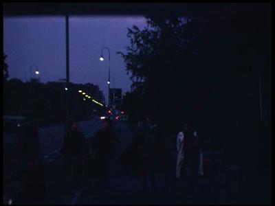 3929 BB09528 Een familiefilm van de familie Lamberts, met beelden van o.a.:- Zes over zeven, op een station;- De auto ...