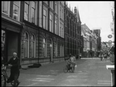 4197 BB03300 Overzicht van de geschiedenis van het oude en nieuwe Provinciehuis.Film begint met het interieur en ...