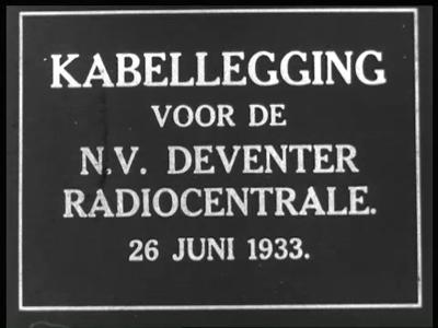 4214 BB03318 Reportage over het leggen van kabels voor de Deventer Radiocentrale op 26 juni 1933. Arbeiders verplaatsen ...