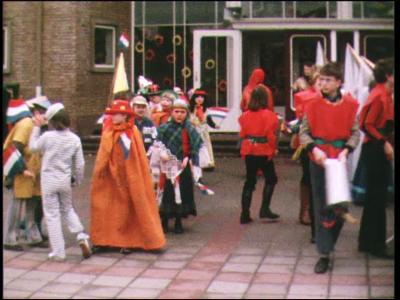4245 BB03807 Familiefilm collectie Aaftink Holten.Het afscheidsfeest van meester Brouwer met verklede kinderen. Een ...