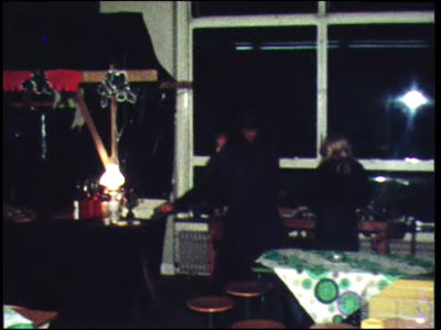 4263 BB03823 Beelden van een filmavond, met een entree van fl. 2.-, en versnaperingen als koffie met mik voor fl. 1.50 ...