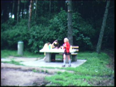 4268 BB03828 Een film rondom diverse recreatieve activiteiten, met beelden vanaf een camping/recreatieplas, een ...