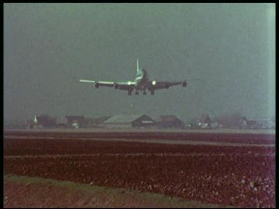 4342 BB05715 Deze documentaire film behandelt een radarsysteem om vliegtuigen bij het taxiën op een vliegveld te ...