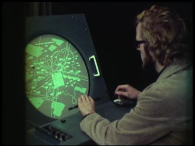 4353 BB05726 De film behandelt een radarsysteem voor luchtverkeersleiding.0:00:01Een man zit achter een ...