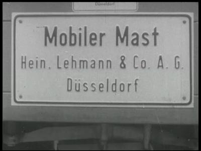 4355 BB05728 Een Duitse firma demonstreert een demontabele mast op het Signaal fabrieksterrein.0:00:01Plaat met als ...