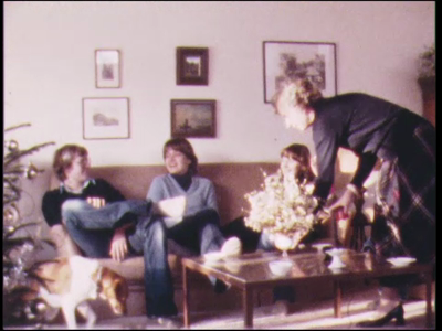 437 BB06761 Privéfilm van de familie Staal met beelden van het gezin gezellig bij elkaar in de woonkamer, vogels in de ...