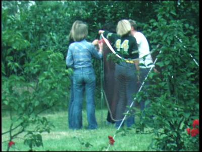 440 BB06764 Privéfilm van de familie Staal met beelden van de jeugd buiten aan het volleyballen, de familie op een ...