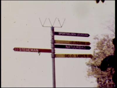 4451 BB07675 Een filmpje, vermoedelijk gemaakt tijdens een schoolreis, met beelden van o.a.:- Een ANWB bord met Almen, ...