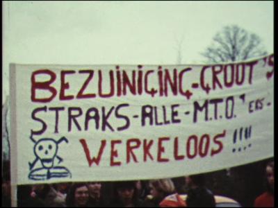 4459 BB07683 Een film rond een demonstratie, tegen bezuinigingen, van een MTS te Deventer met beelden van o.a.:- ...