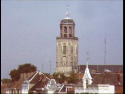 4480 BB07704 Een film rond de Grote- of Lebuïnuskerk te Deventer, met een overzicht van de omgeving, het plein naast de ...