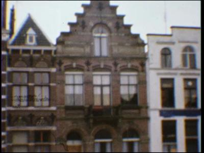 4481 BB07705 Een film opgenomen in de binnenstad van Deventer, met beelden van diverse (trap-)gevels, en de Brink, met ...