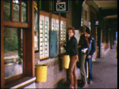 4482 BB07706 Een film met beelden van de automatiek op het Deventer NS-station en een leslokaal van de plaatselijke ...