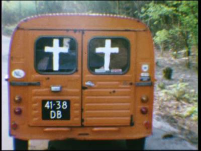 4483 BB07707 Losse filmfragmenten van en met leerlingen van de Deventer MTS, met beelden van o.a.:- Een Citroën ...