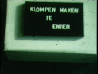 4798 BB03368 Documentaire over folkloristische gebruiken in Twente:Klompen maken te Enter;Palmpasenoptocht in ...