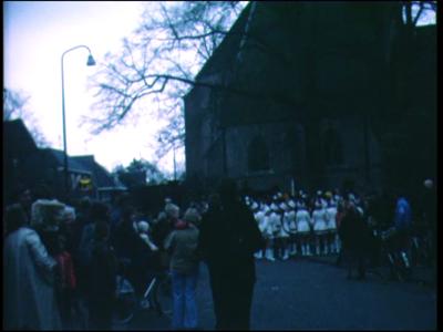 4805 BB03831 Beelden van een Sinterklaasoptocht, waarbij de Goedheiligman wordt rondgereden in de Bello, begeleid door ...
