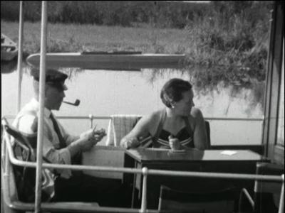 4809 BB03835 Een familiefilm van de familie Van Loo, met beelden van:- De familie aan dek van een boot varend op de ...